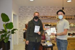"""Broers stellen boek voor in schoenwinkel: """"Geen gemakkelijke tijden om een dichtbundel in de belangstelling te brengen"""""""