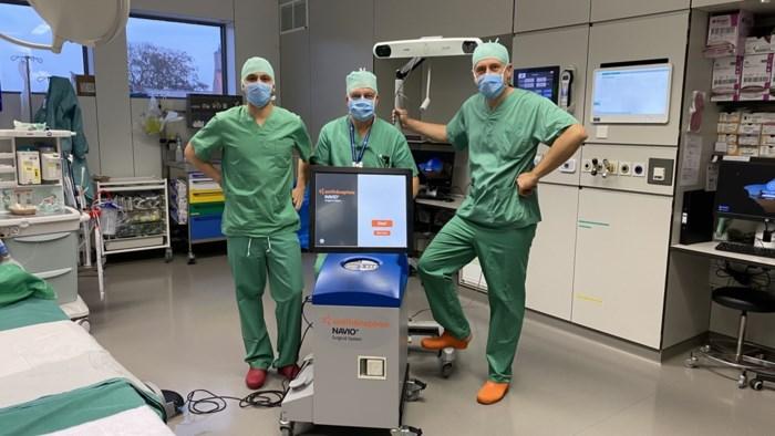 """Dit ziekenhuis zet voortaan robot in voor chirurgische ingrepen aan de knie: """"Wat vroeger een riskante operatie was, kan nu een heel stuk veiliger"""""""