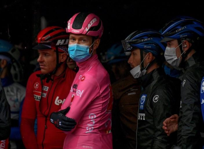 """Renners in Giro staken: etappe ingekort en zelfs tijdelijk geneutraliseerd, Giro-baas woedend: """"Hier zal iemand voor boeten"""""""