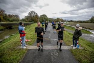 """Vrienden eren te vroeg overleden vaders met marathon langs Grote Nete: """"Niet dat ze er een zier om zouden gegeven hebben"""""""