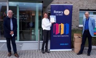 Rotary schenkt gezichtsschermen aan rusthuizen