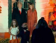 De Trumps verwelkomen kinderen in Witte Huis voor Halloween, één opvallend duo steelt de show