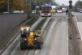 Vrachtwagen verliest lading: kilometerslang modderspoor