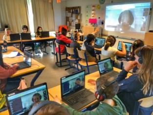 """Juf Céline zit in quarantaine maar geeft online les van thuis uit: """"Toch blijft voor de klas staan het allerleukste"""""""