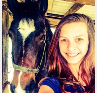 """Silke (20) start petitie om vijftig jaar oude bomen te kappen: """"Die helikoptertjes vergiftigen onze paarden"""""""