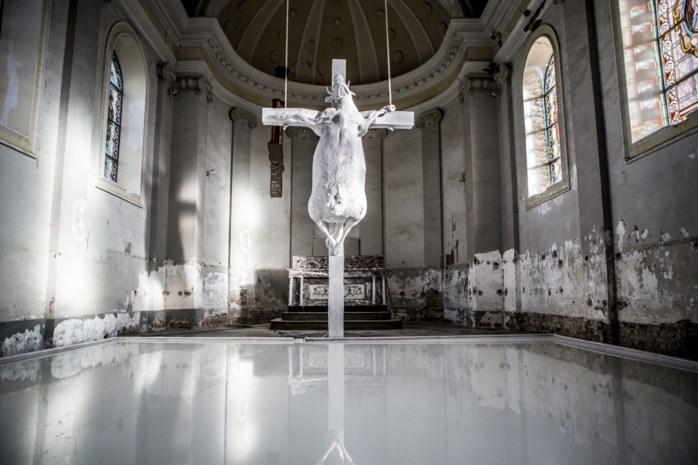 De gekruisigde koe die een dorp op stelten zette: is het kunst, een belediging van het katholieke geloof of beide?