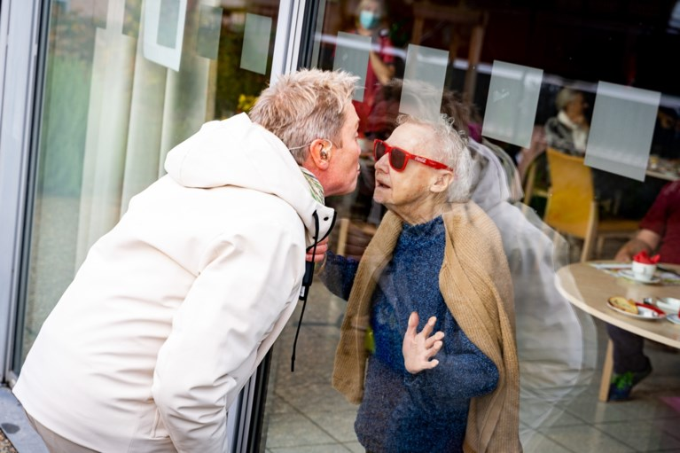 Bart Kaëll brengt 'mooi weer vandaag' naar bewoners Gents woon-zorgcentrum