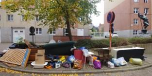 Zetels, lattenbodems, stoelen… Halve huisraad op straat gedumpt, midden in Gent