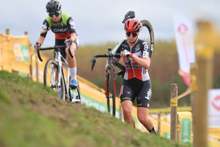 KOERSNIEUWS. Giro-organisator Mauro Vegni neemt wraak op burgemeesters die deze zomer dwarslagen, Lotte Kopecky start in Koppenbergcross