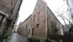 Laatste bewoners trekken weg uit 't Pand in Patershol: verkoop moet Caermersklooster van verkrotting redden