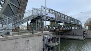 Daar is de (steile) noodbrug weer: zo kun je toch oversteken aan Meulestedebrug