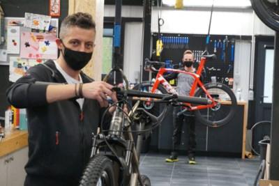 """Bart (41) breidt fietsenzaak uit en werft werknemer aan tijdens coronacrisis: """"Veel sporters hebben de fiets ontdekt"""""""