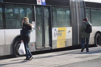 Accordeonbus ramt stilstaande lijnbus: studente gewond