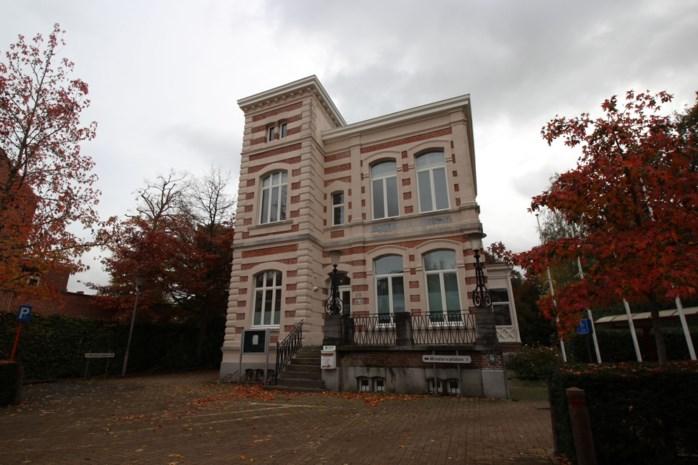 Oud gemeentehuis ontvangt Sfinks en heemkundige kring