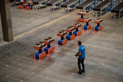 Bpost presenteert 'magazijn van de toekomst': QR-codes op de vloer leren robots pakjes sorteren