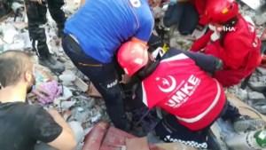 Turkse reddingswerker halen mensen vanonder het puin na zware aardbeving