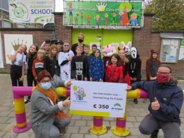 College Viane schenkt 350 euro aan zorgvakantiecentrum De Kleppe