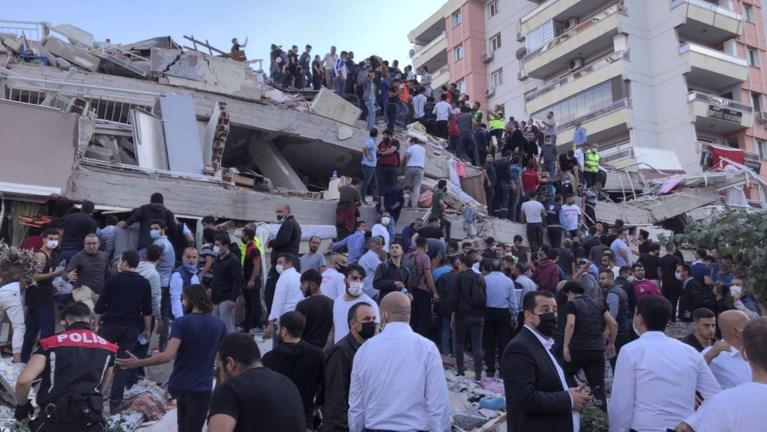 Turkije en Griekenland getroffen door zware aardbeving: beelden tonen ingestorte gebouwen en straten die overstromen, dodentol loopt op tot 24