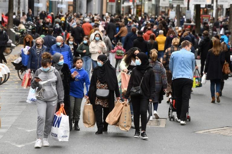 """Lange wachtrijen aan winkels in het hele land. """"Doe dat nu toch niet"""", smeekt bezorgde Erika Vlieghe"""