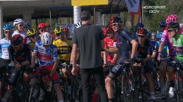 Nu ook in Vuelta rennersprotest: Chris Froome blijft stilstaan bij start, peloton volgt voorbeeld… op één renner na