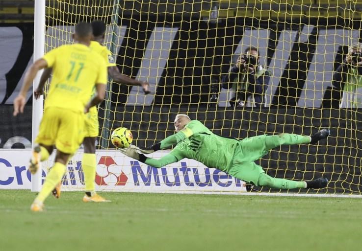 PSG neemt met B-elftal makkelijk de maat van Nantes, waar Moses Simon (ex-Gent) een gruwelijke misser laat optekenen