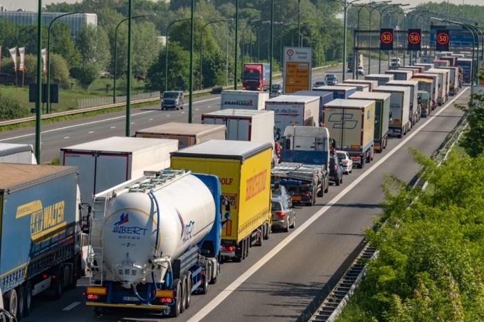 Vrachtwagens die inrijden op file aan Oosterweelwerken? Het zou binnenkort verleden tijd moeten zijn met borden die files detecteren