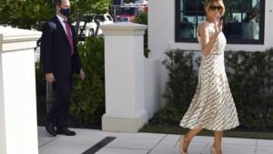 First Lady Melania Trump stemt in peperdure jurk maar zonder mondmasker