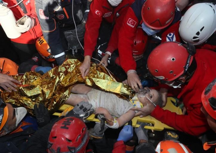 Vierjarige meisje vanonder puin gehaald vier dagen na aardbeving