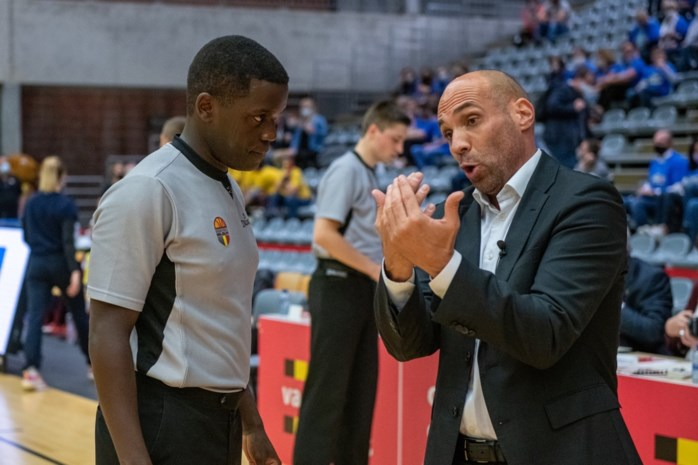 """Joachim Kisiigha (27), jurist en assistent strafrecht, is eerste zwarte ref in hoogste basketbalklasse: """"Slechts minderheid sleurt er mijn huidskleur bij"""""""
