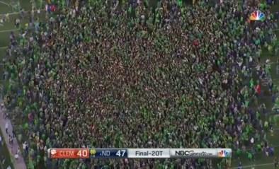 Hoe dom kan je zijn in coronatijden? Honderden Amerikaanse fans bestormen veld na stuntzege en dat zonder mondmaskers