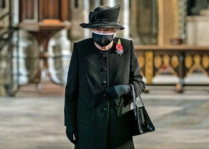 Queen Elizabeth vertoont zich voor het eerst met mondmasker