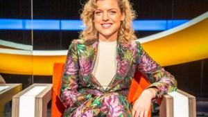 Ella Leyers straalt in bloemenpak van Dries Van Noten