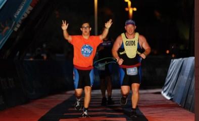 """Chris Nikic is allereerste triatleet met syndroom van Down die finisht in Ironman: """"Bedankt, mama"""""""
