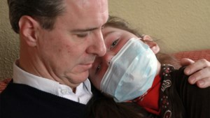 """Papa van 'Red Sandra' verliest nu zelf strijd tegen dodelijke ziekte: """"Wat deze man heeft moeten doorstaan… onwaarschijnlijk"""""""