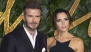 Victoria Beckham lacht met de schoenen van haar man David