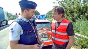 Luk Alloo en agenten betrappen vrijend koppel aan politiepost
