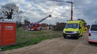 Brandweer evacueert gevallen arbeider uit bouwput