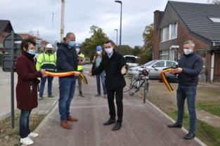 Burgemeesters rijden fietspad langs Ganzendries in Pellenberg in