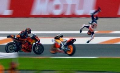 Een mirakel: MotoGP-rijder vliegt meters de lucht in bij zware crash, maar breekt… niets