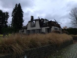 """Brandweer uren in de weer door verwoestende woningbrand: """"Het vuur mocht absoluut niet overslaan op nabijliggende sparren"""""""