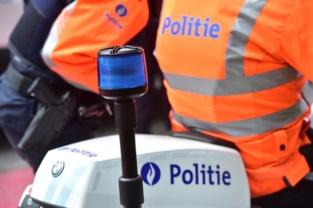 Patrouille van verkeerspolitie wordt net niet aangereden door 13-jarige jongen die rijles krijgt van zijn vader
