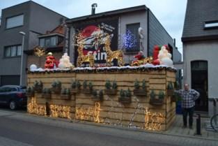 Dave vormt terras van zijn café The Sting om in kerststal
