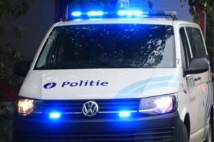 """Politie betrapt meer dan 50 mensen in één woning: """"Zoveel auto's voor de woning, dat valt op"""""""