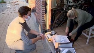 Schoenverkoper trekt met zijn schoenen naar de klanten thuis