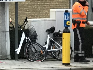 Vrouw belandt met elektrische fiets onder truck na dodehoekongeval