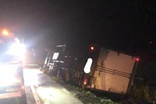 Trucker uit Britse Washington eindigt met vrachtwagen in gracht
