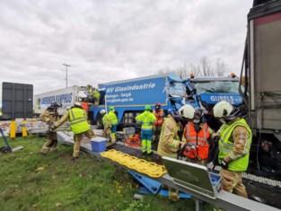 Ongeval met vier vrachtwagens op E17 in Destelbergen: twee geknelde chauffeurs bevrijd, opruimwerken aan de gang