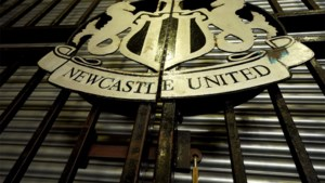 Newcastle daagt Premier League voor de rechter na afspringen Saudische overname