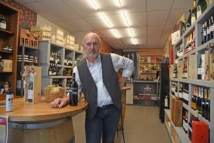 """Wijnhandelaar Patrick (60) grijpt corona aan om zaak te sluiten… en meteen nieuwe te openen: """"Ik doe nu alleen nog wat ik graag doe""""<BR />"""