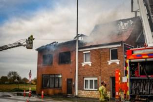 """Karim en zijn zoon vluchten naar buiten na brand bij de buren, en zien dan hoe het vuur overslaat op hun huis: """"Gelukkig is iedereen ongedeerd"""""""